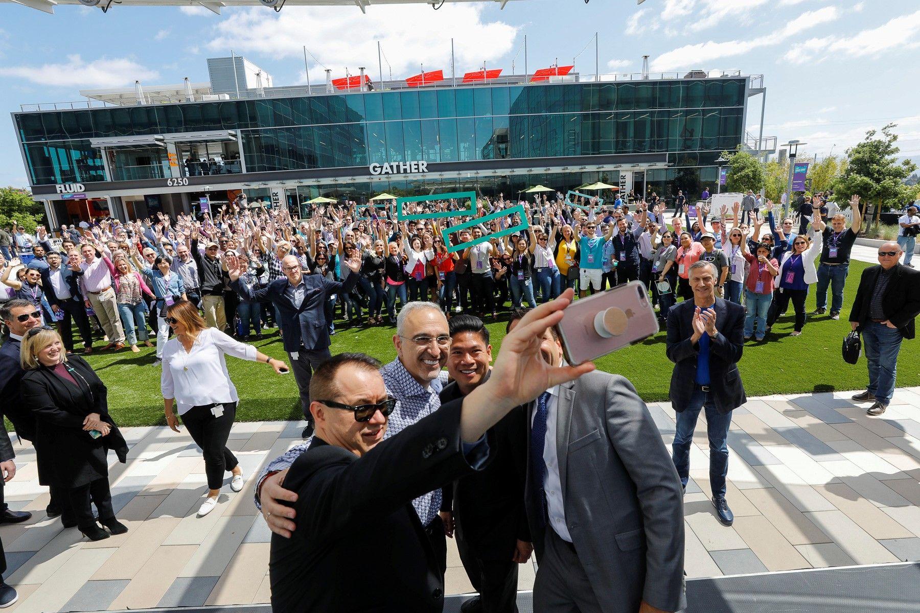 HPE-CEO Antonio Neri und HPE-Mitarbeiter vor der Firmenzentrale in San Jose