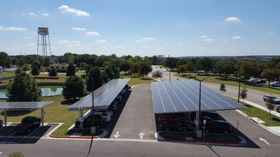 Solarpaneele auf dem Parkplatz des TACC