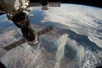 Die Internationale Raumstation (ISS) über der Erdoberfläche