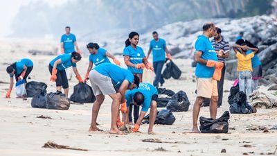 社員ボランティアによるビーチ清掃(分社前に撮影)