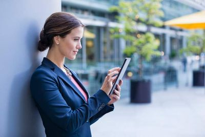 Woman uses Power Advisor on Tablet.jpg