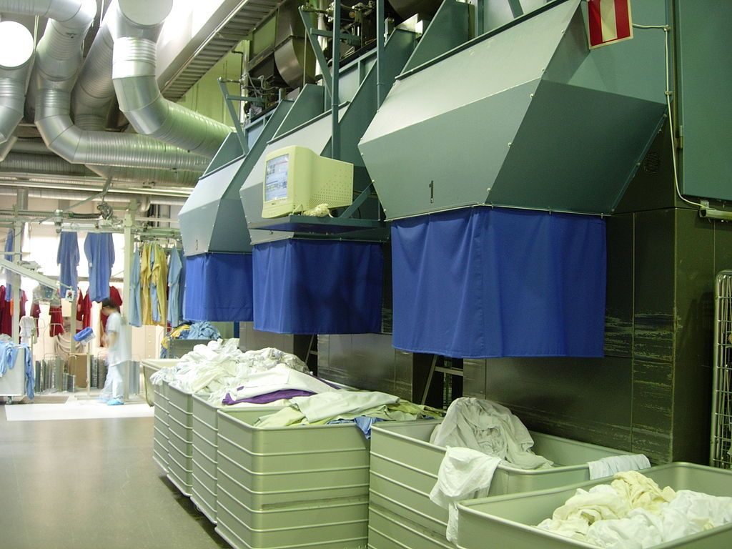 1024px-Industrial_laundry_linen_press,_exit.jpg