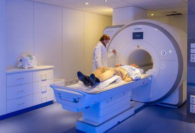 Bei schnellen Messungen im MRT mit hoher Auflösung können bis zu 0,5 Gigabyte Rohdaten pro Sekunde anfallen – also bis zu zwei Terabyte pro Stunde.